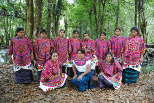 """Här är en grupp med flickor som arbetat i """"La textilería"""" under förra året, och som fått bidrag till sin verksamhet från oss. De pengar vi tjänar in på vintermarknaden, går oavkortat till arbetet i byn Yalambojoch."""